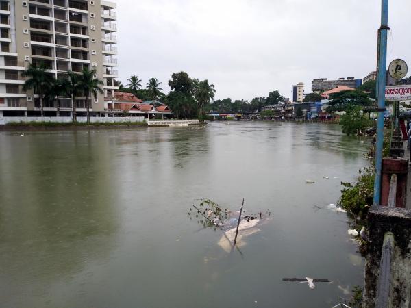 100만의 홍수로 물바다가 된 케랄라의 거리.