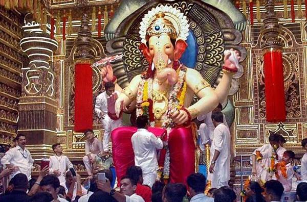 가네쉬 차뚜르띠 축제의 코끼리 신상